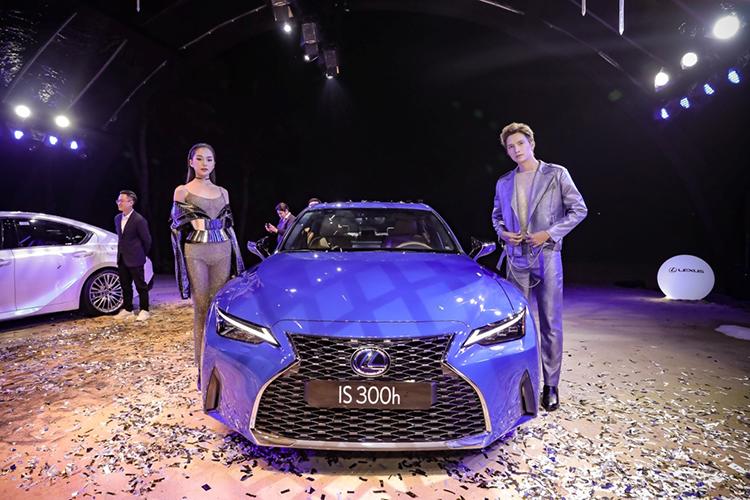 Lexus IS 300h phiên bản cao cấp nhất trang bị động cơ hybrid, tổng công suất khi kết hợp với động cơ xăng đạt 221 mã lực.