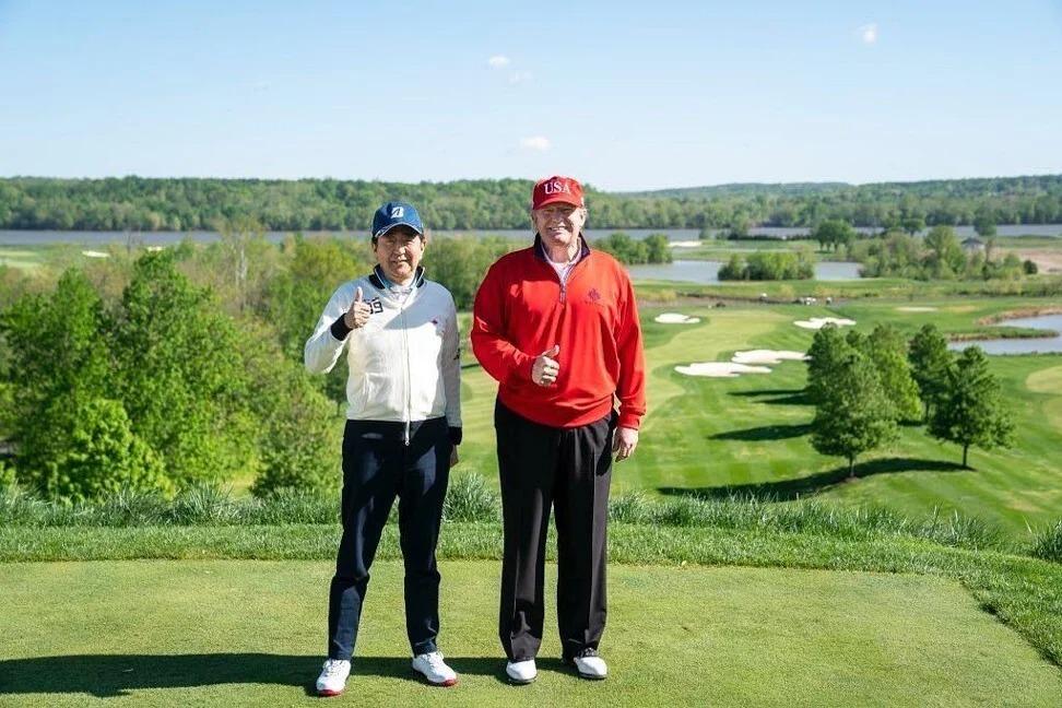 Trump (phải) và Abe chơi golf tại câu lạc bộ của Trump năm 2019. Ảnh: Instagram/realdonaldtrump.