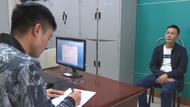 Nguyễn Phương Nam (bên phải) tại cơ quan điều tra, có biệt danh Phương Mậu. Ảnh: Nguyễn Khánh