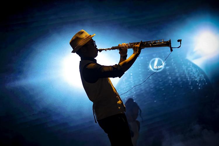 Một nghệ sĩ chơi nhạc tại bữa tiệc tối trong hành trình. Tại đây, ban tổ chức tạo ra không gian âm nhạc sáng tạo, kết hợp giữa saxophone và nhạc điện tử, nhảy đương đại và breakdance.