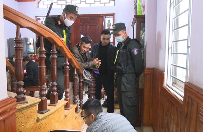 Nhà chức trách khám xét nhà Nguyễn Văn Hùng. Ảnh: Nguyễn Khánh