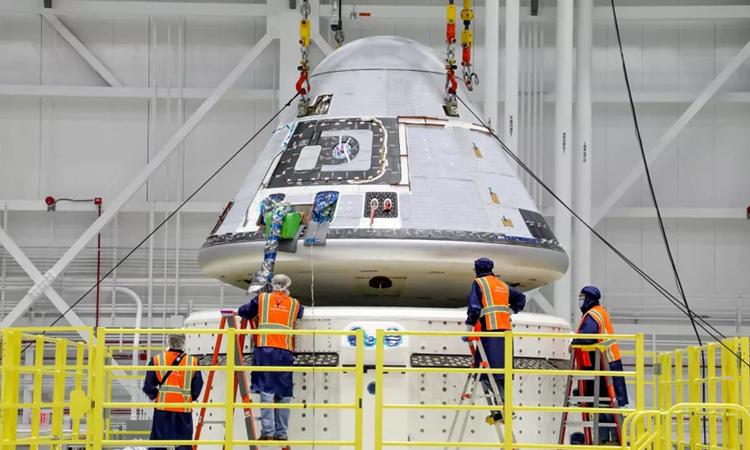 Khoang chở người của tàu vũ trụ Starliner được đặt lên trên khoang thiết bị hôm 14/1. Ảnh: John Proferes/Boeing.