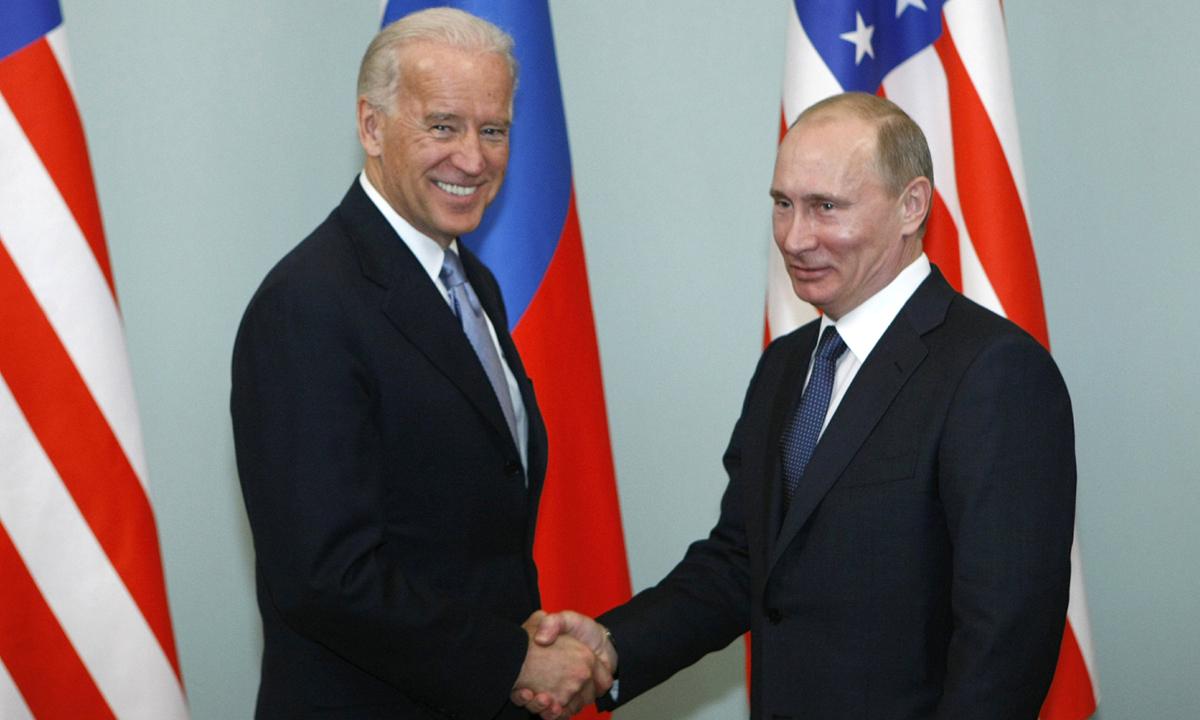 Joe Biden bắt tay Vladimir Putin tại Moskva, Nga hồi tháng 3/2011. Ảnh: AP.
