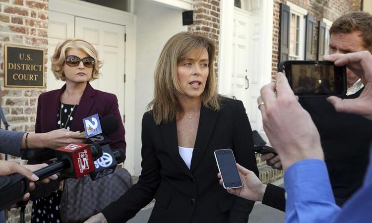 Luật sư Deborah Barbier (áo đen) trả lời báo giới sau khi kết thúc một phiên tòa hồi tháng 3/2017. Ảnh: AP.