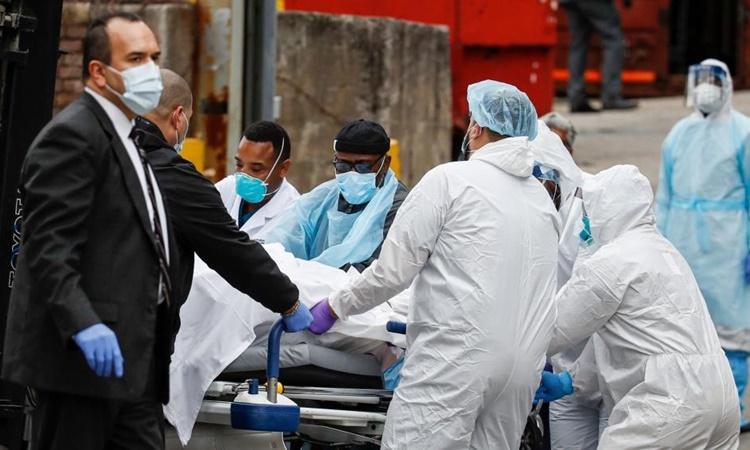 Nhân viên y tế di chuyển thi thể một bệnh nhân nhiễm Covid-19 ở thành phố New York, Mỹ, hồi tháng ba năm ngoái. Ảnh: AP.