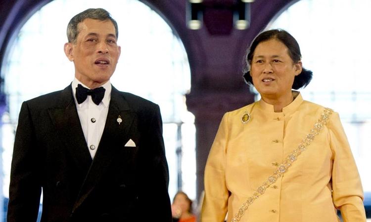 Quốc vương Thái Lan Maha Vajiralongkorn (trái) và em gái Maha Chakri Sirindhorn tại Amsterdam, Netherlands, năm 2013. Ảnh: AFP.