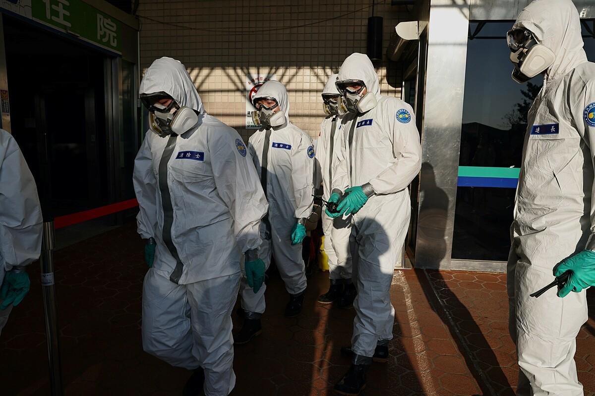 Binh sĩ phun khử trùng Bệnh viện Đào Viên, Đài Loan, hôm 25/1. Ảnh: Reuters.