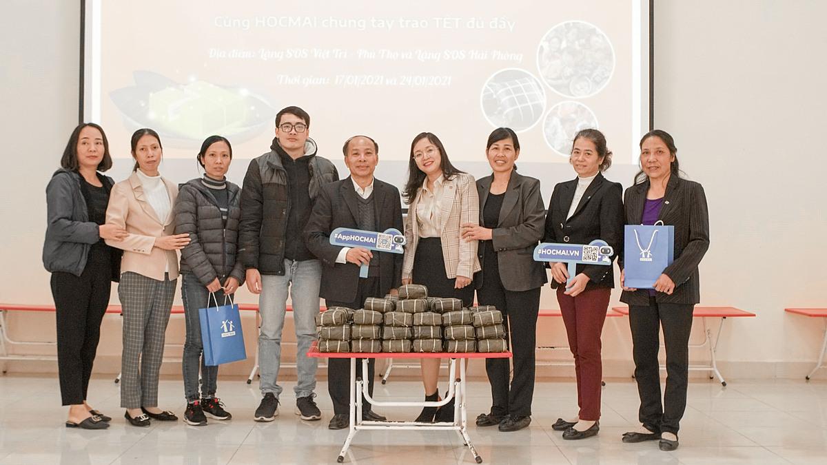 Đại diện HOCMAI trao tặng bánh chưng bánh chưng cho làng trẻ SOS Hải Phòng. Ảnh: HOCMAI.