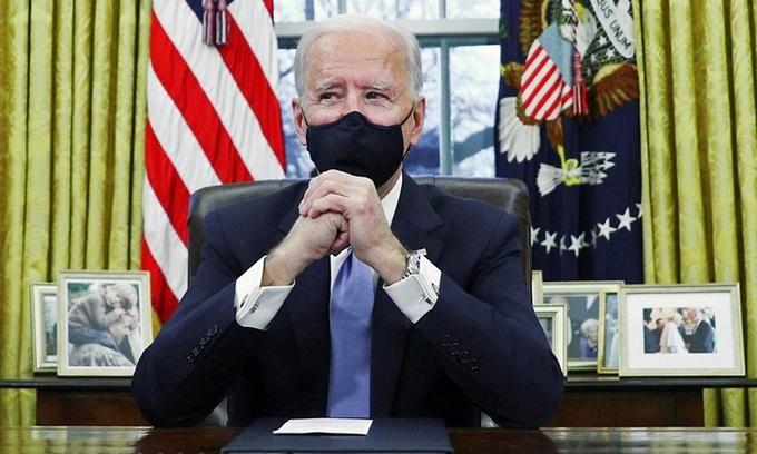 Tổng thống Mỹ Joe Biden tại Phòng Bầu dục, Nhà Trắng, ngày 20/1. Ảnh: Reuters.