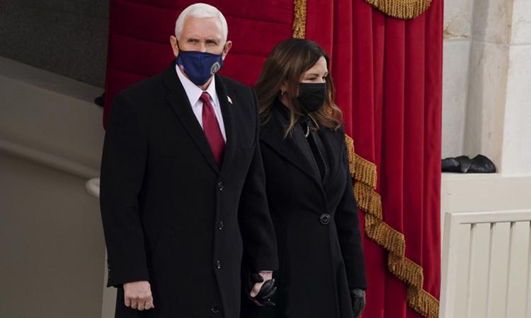 Cựu phó tổng thống Mỹ Mike Pence cùng vợ tại lễ nhậm chức của Tổng thống Joe Biden hôm 20/1. Ảnh: AFP.
