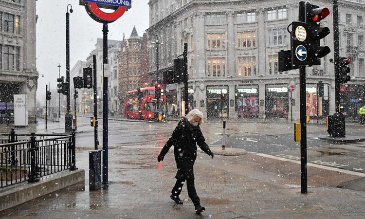 Một con phố ở thủ đô London, Anh, giữa lệnh phong tỏa vì Covid-19. Ảnh: AFP.