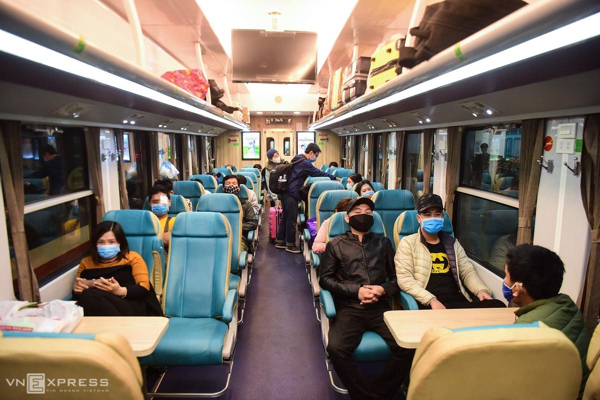 Hành khách đi tàu vắng vẻ trong thời điểm dịch covid tháng 4/2020. Ảnh: Giang Huy.
