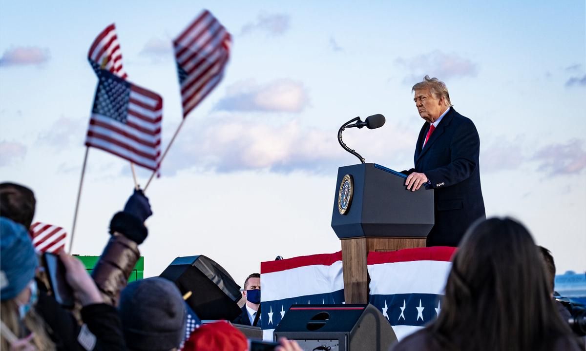 Cựu tổng thống Donald Trump phát biểu trước đám đông ủng hộ tại căn cứ Andrews hôm 20/1. Ảnh: NYTimes.