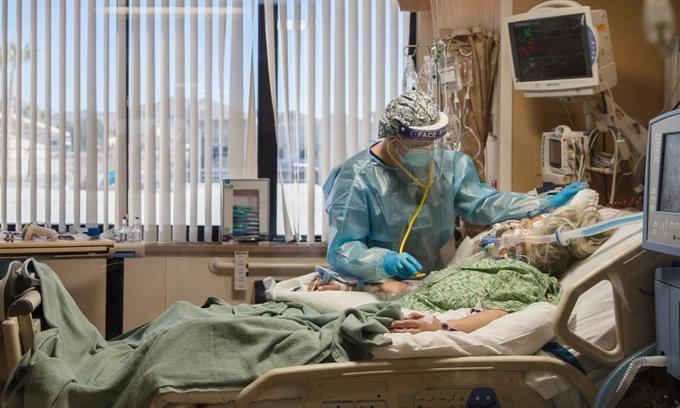 Y tá chăm sóc bệnh nhân Covid-19 trong phòng điều trị tích cực tại Trung tâm Y tế Dự phòng St. Mary, Apple Valley, bang California, Mỹ, hôm 11/1. Ảnh: AFP.
