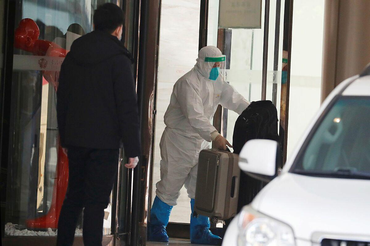 Các chuyên gia WHO rời điểm cách ly tại Vũ Hán ngày 28/1. Ảnh: Reuters.