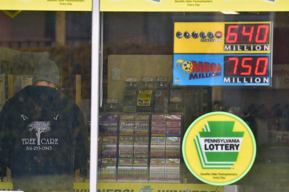 Một khách hàng mua vé số tại cửa hàng ở Windber, bang Pennsylvania, hôm 14/1. Ảnh: AP.