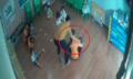 Bố vào lớp mầm non đánh bạn của con - trường học không vô can