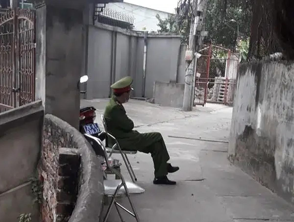 Công an lập chốt cách ly nhà bác sĩ trở về từ Quảng Ninh. Ảnh: Q.A.