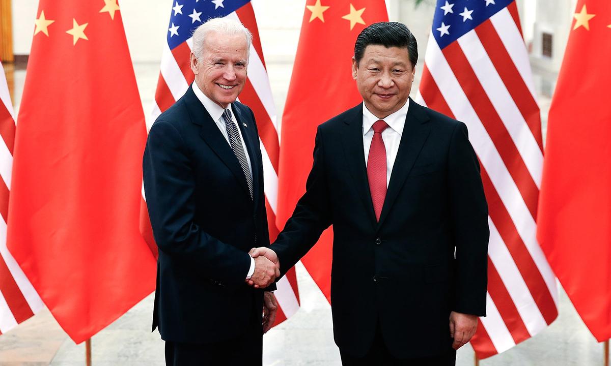 Chủ tịch Trung Quốc Tập Cận Bình (phải) bắt tay Joe Biden, khi đó đang là phó tổng thống Mỹ, tại Đại lễ đường Nhân dân Bắc Kinh hồi tháng 12/2013. Ảnh: Reuters.