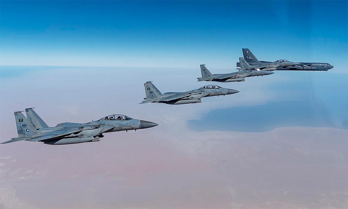 4 tiêm kích F-15 của Arab Saudi hộ tống oanh tạc cơ B-52 của Mỹ, ngày 26/1. Ảnh: USAF.