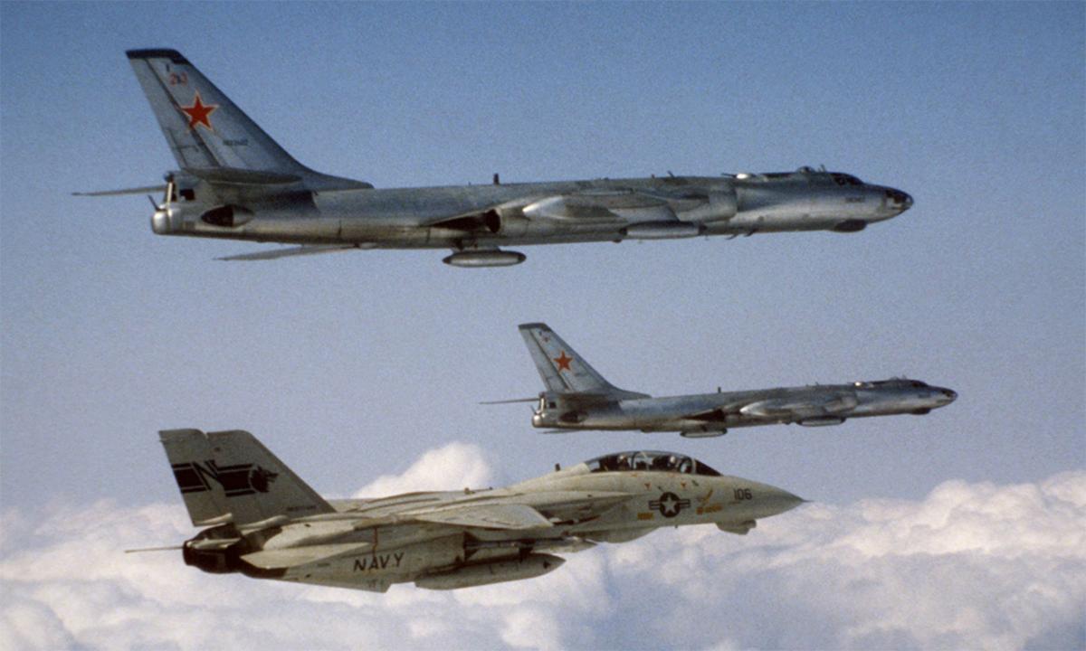 Tiêm kích F-14 của Mỹ bay kèm hai oanh tạc cơ Tu-16 của Liên Xô vào năm 1984. Ảnh: US Navy.