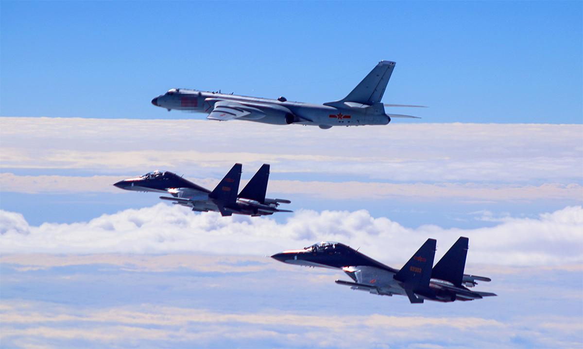 Hai tiêm kích Su-30 của Trung Quốc hộ tống oanh tạc cơ H-6K diễn tập bay biển, tháng 11/2017. Ảnh: PLA.