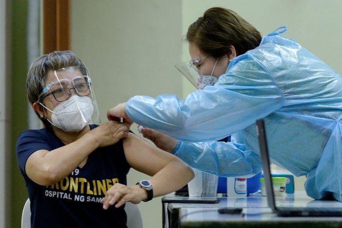 Một nhân viên y tế diễn tập tiêm vaccine Covid-19 tại Manila, Philippines, hôm 19/1. Ảnh: Reuters.