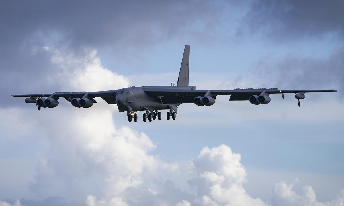 Oanh tạc cơ B-52H đáp xuống Guam hồi tháng 7/2020. Ảnh: USAF.