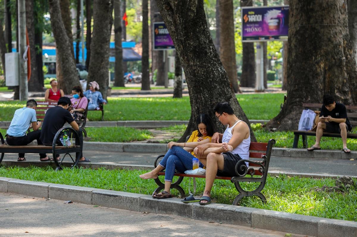 Người dân nghỉ ngơi tại công viên Tao Đàn, quận 1, hồi tháng 4/2020. Ảnh: Quỳnh Trần.