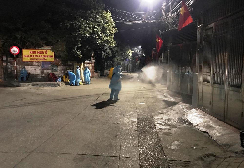 Khu dân cư nơi ở của ca nghi nhiễm nCoV tại khu 6, phường Hồng Hà được phun khử trùng. Ảnh: Minh Cương