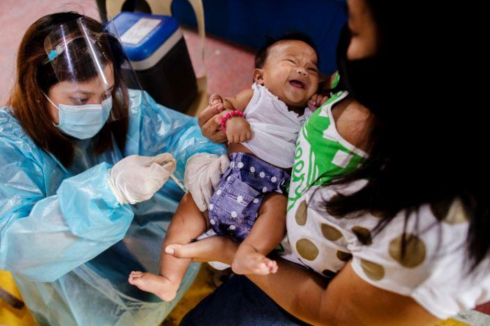 Một em bé được tiêm vaccine thông thường tại trung tâm y tế ở Manila, Philippines, hôm 7/1. Ảnh: Reuters.