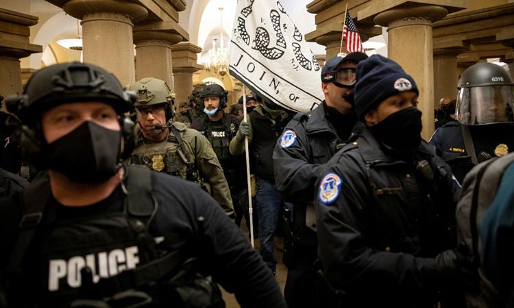 Lực lượng thực thi pháp luật Mỹ tham gia phản ứng trong cuộc bạo loạn ở quốc hội ngày 6/1. Ảnh: AFP.