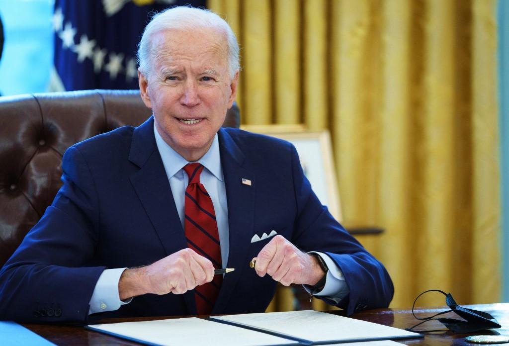 Tổng thống Joe Biden ký sắc lệnh ở Nhà Trắng ngày 28/1. Ảnh: AFP.