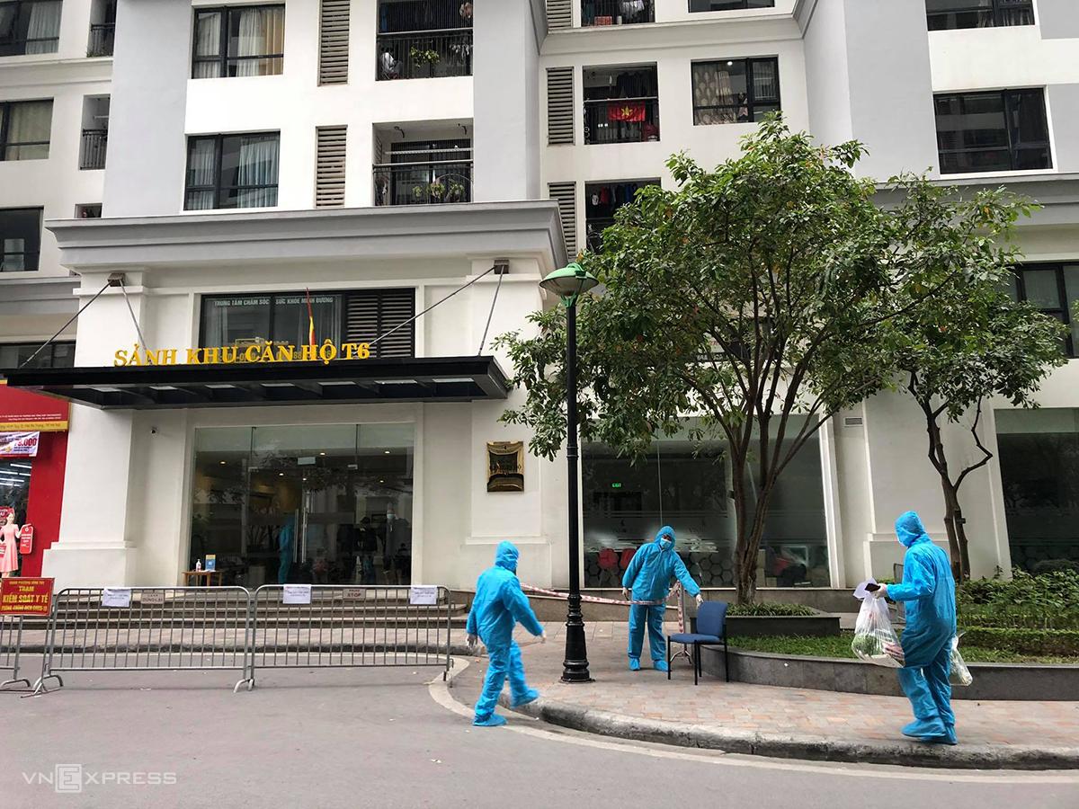 Tòa nhà T6, khu đô thị Times City đang được cách ly y tế sáng 29/1. Ảnh: Giang Huy.