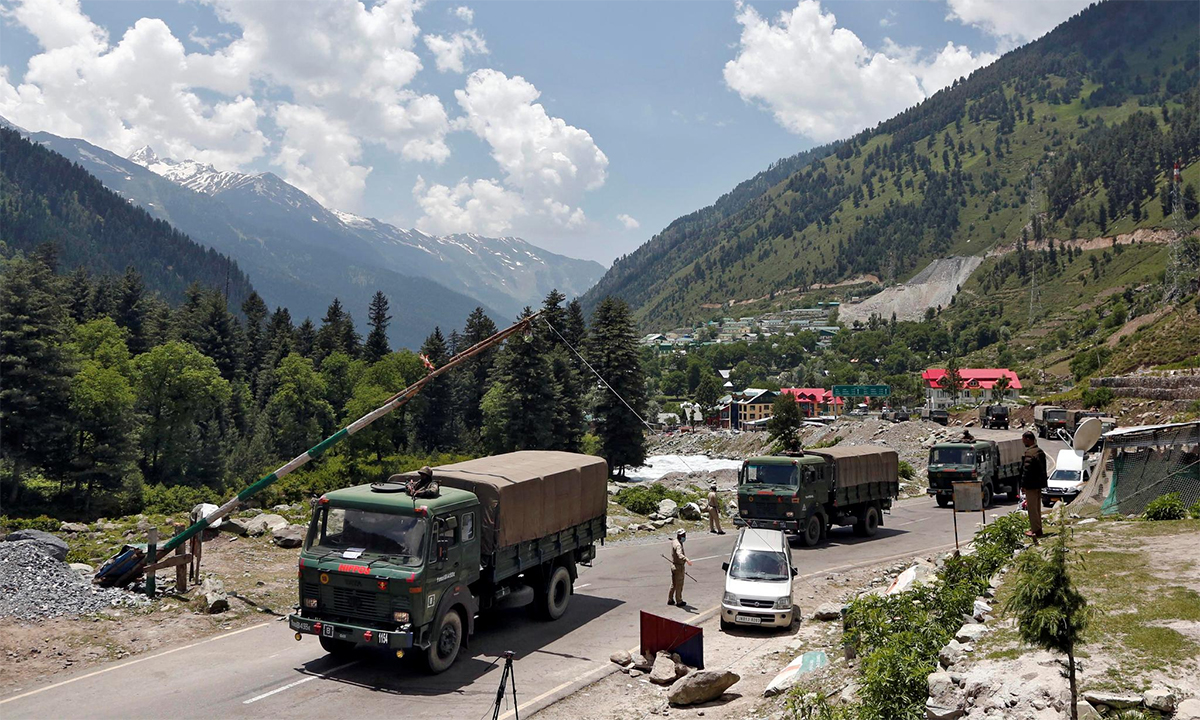Xe tải chở binh sĩ Ấn Độ lên vùng Ladakh giáp Trung Quốc, tháng 6/2020. Ảnh: Reuters.