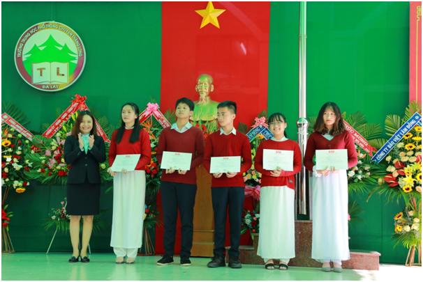 SIU trao học bổng vượt khó cho học sinh trường Chuyên Thăng Long - Đà lạt