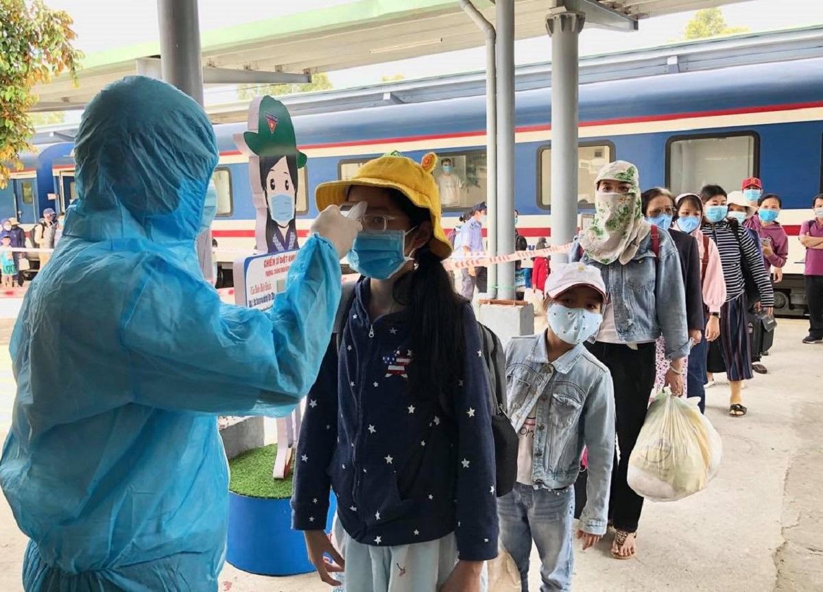 Người dân về ga Quảng Ngãi được đo thân nhiệt sáng 29/1. Ảnh: Thạch Thảo.