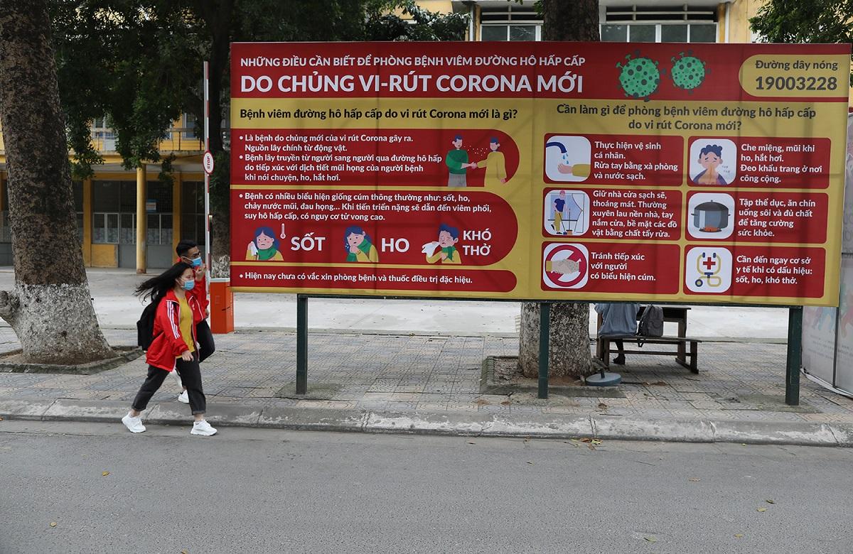 Áp phích tuyên truyền phòng chống Covid-19 trong khuôn viên Đại học Bách khoa Hà Nội hồi tháng 3/2020. Ảnh: Ngọc Thành.