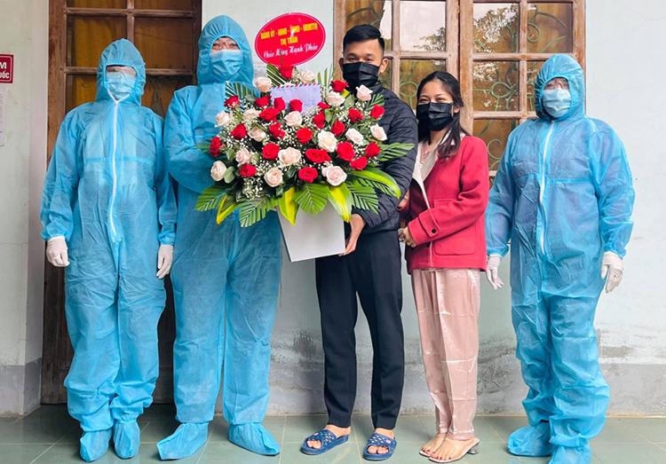 Đại diện chính quyền thị trấn Thanh Chương tặng hoa chúc mừng anh Phước, chị Mơ trưa 29/1. Ảnh: CTV