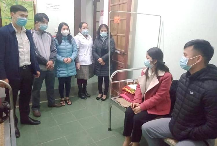 Chị Mơ (áo đỏ) và anh Phước (bên phải) tại trạm y tế. Ảnh: CTV