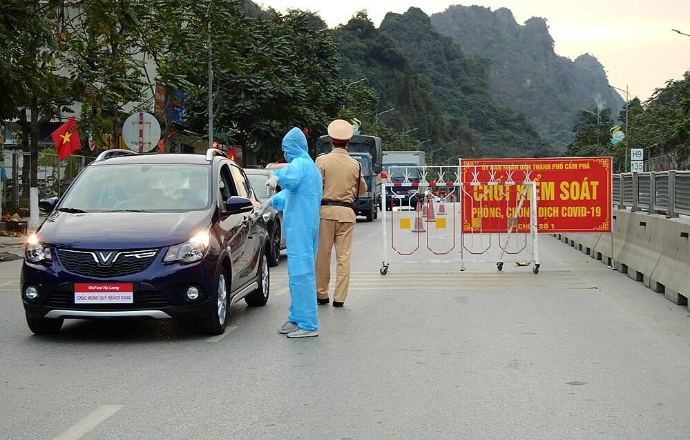 Chốt kiểm soát trên quốc lộ 18A, phường Quang Hanh, TP Cẩm Phả. Ảnh: Minh Cương
