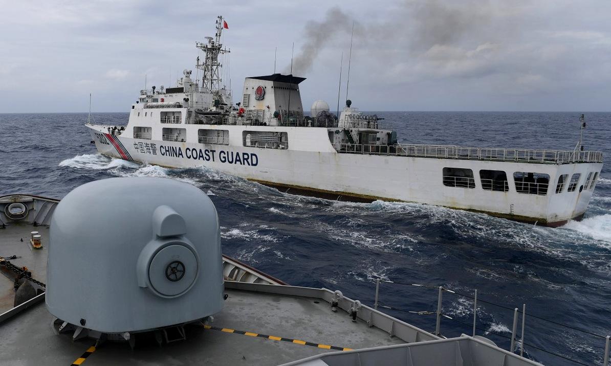Tàu hải quân Indonesia chạm trán tàu hải cảnh Trung Quốc hồi tháng 1/2020. Ảnh: Reuters.
