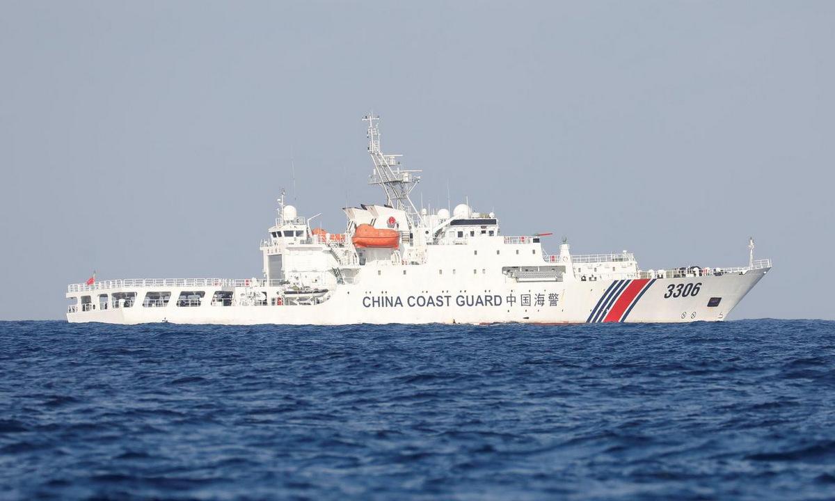 Tàu hải cảnh Trung Quốc ở bãi cạn Scarborough hồi năm 2017. Ảnh: Reuters.