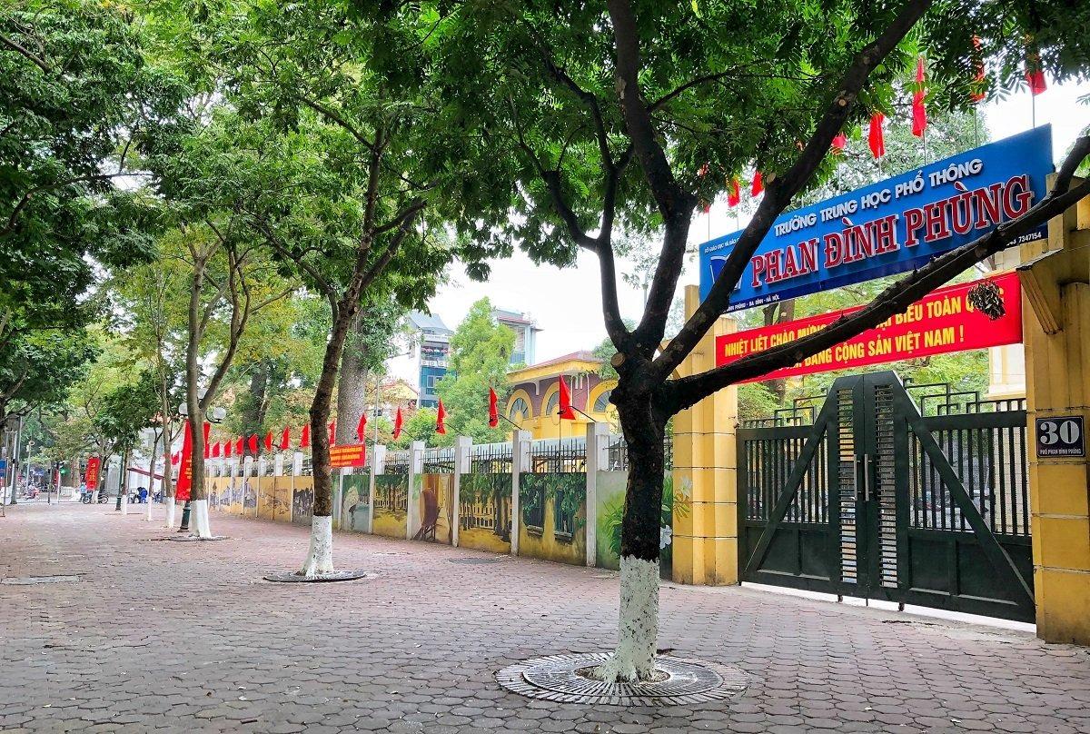 Trường THPT Phan Đình Phùng đóng cửa, dán thông báo cho học sinh nghỉ học từ ngày 29/1. Ảnh: Giang Huy.