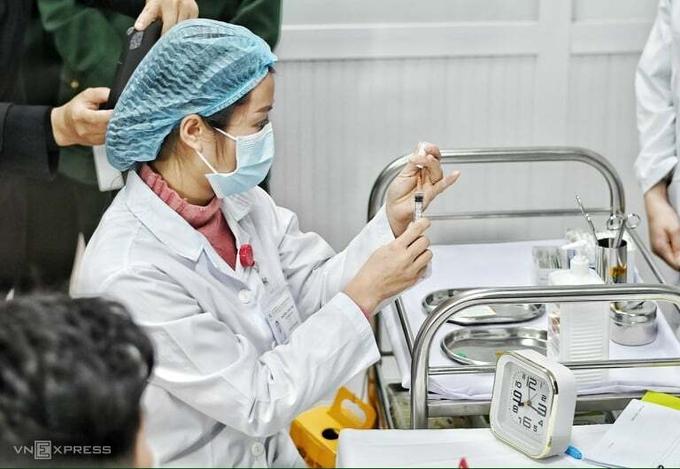 Tiêm thử liều Nanocovax 25 mcg cho tình nguyện viên tại Học viện Quân y, ngày 14/1. Ảnh: Giang Huy