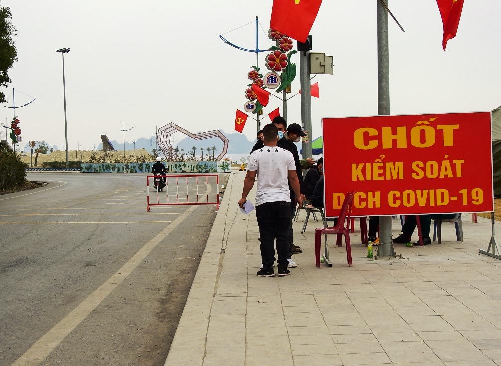 Chốt kiểm soát ở cửa ngõ huyện Vân Đồn giáp với TP Cẩm Phả được lập ngày 28/1. Ảnh: Minh Cương
