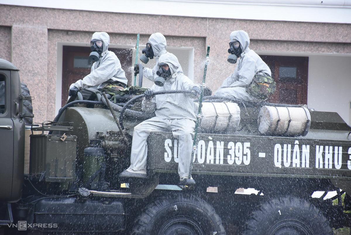 Quân đội phun khử trùng trong khu cách ly tập trung, sáng 30/1. Ảnh: Nguyễn Huệ