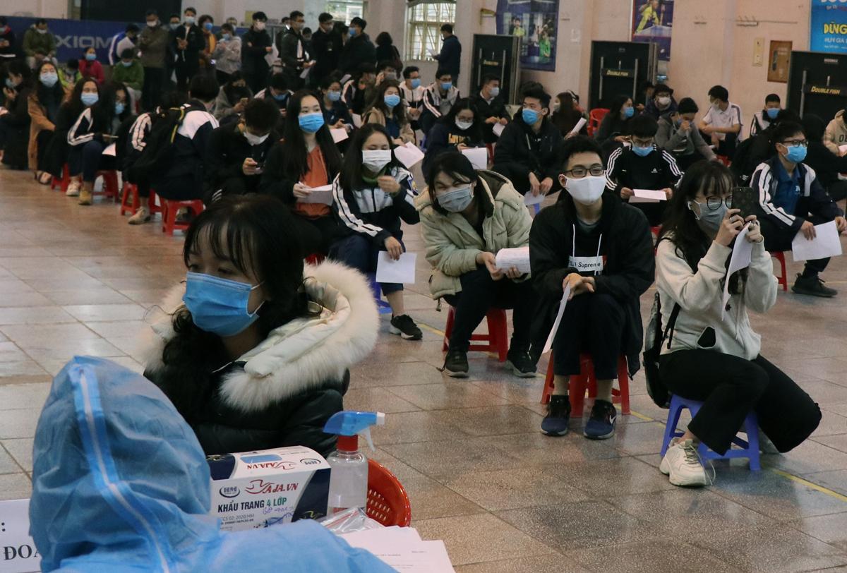 Khoảng 500 giáo viên và học sinh Trường THPT Nguyễn Trãi (Ba Đình) vừa đi thăm quan, trải nghiệm tại TP Chí Linh, Hải Dương về phải lấy mẫu xét nghiệm chiều 30/1. Ảnh: Võ Hải.