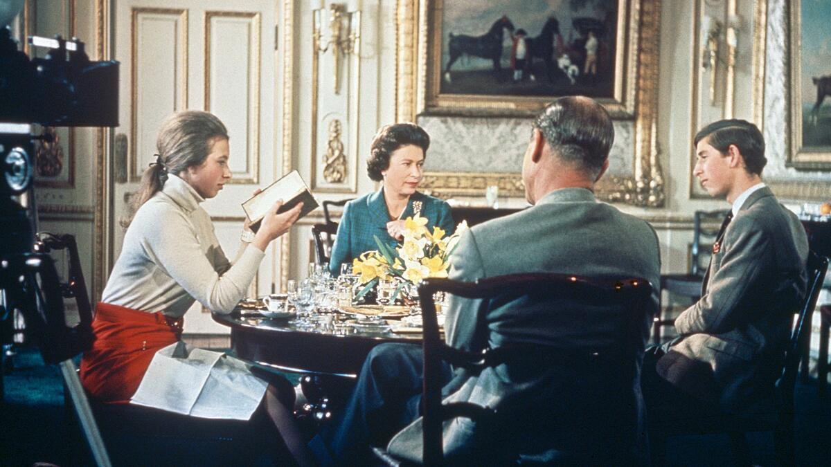 Nữ hoàng Elizabeth II, Vương tế Philip cùng các con Công chúa Anne và Hoàng tử Charles ăn trưa tại lâu đài Windsor trong khi BBC quay phim tài liệu về họ. Ảnh: Hulton Archive.