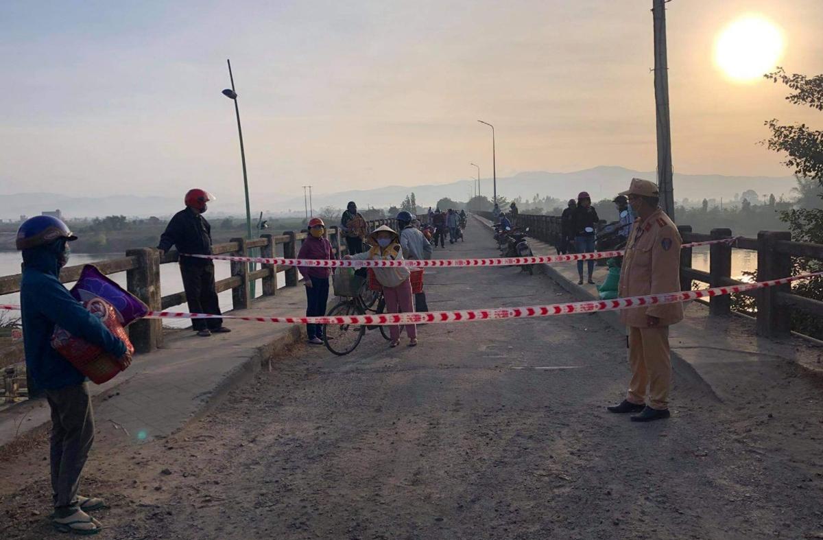 Cầu Bến Mộng, cửa ngõ vào thị xã Ayun Pa bị phong tỏa, sáng nay. Ảnh: Ngọc Oanh.